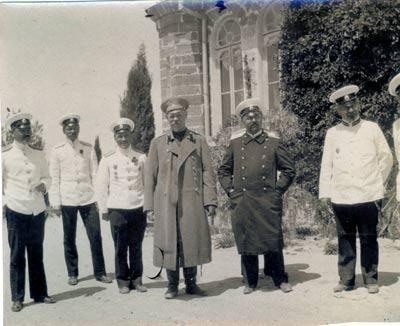 Efimoff est le premier personnage en partant de la gauche sur cette photo.