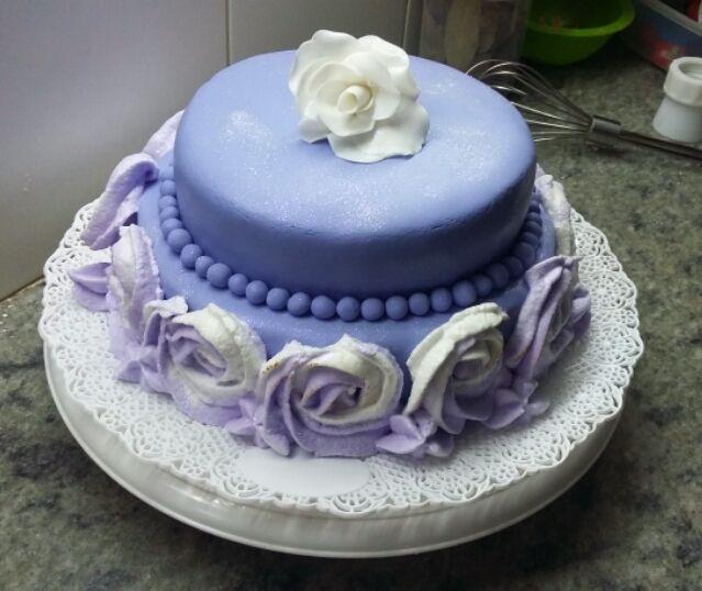 Torta rellena con dulce de leche y cubierta en fondant. Rosa de fondant blanca y rosas bicolor de merengue italiano.