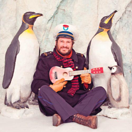 """""""Wij lopen in een rij, wij schuifelen voorbij. Wij zijn de pinguïns, de pinguïns dat zijn wij. Wij leggen soms een ei. Wij broeden zij aan zij. Wij zijn de pinguïns, de pinguïns dat zijn wij. Pom pom"""