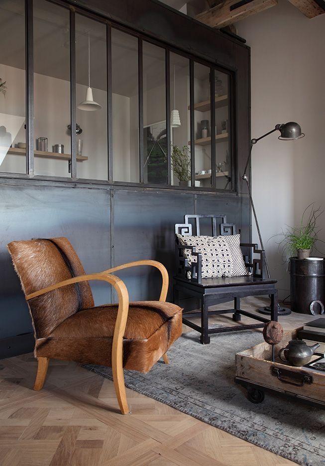 Un style industriel dans le salon avec verrière