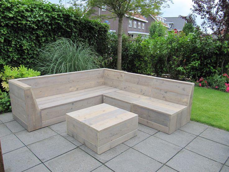 Deze loungebank van gebruikt steigerhout bestaat uit een bank, 2 losse elementen en een hocker van 80*80cm. Als geheel set ontstaat er een mega loungebed!