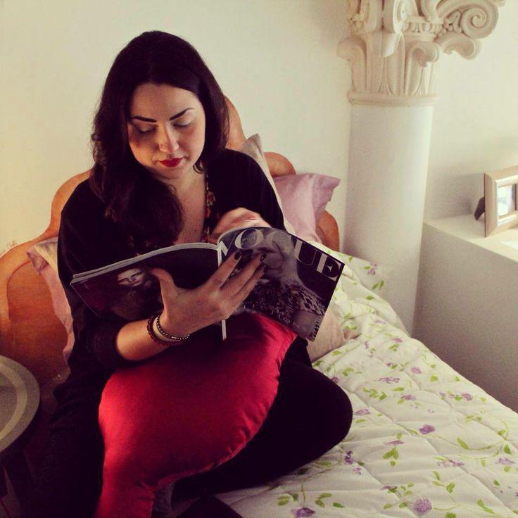 """Dopo la festa di venerdì Bea ci ha messo un po' a riprendersi e oggi, vista la giornata grigia, ha deciso di starsene comodamente in camera e dedicarsi a letture impegnate…  Nella foto:  - trapunta Twils  - cuscino """"Marmiolous"""" di Kawaii - cornice """"Frida"""" di BUSSOLARI"""