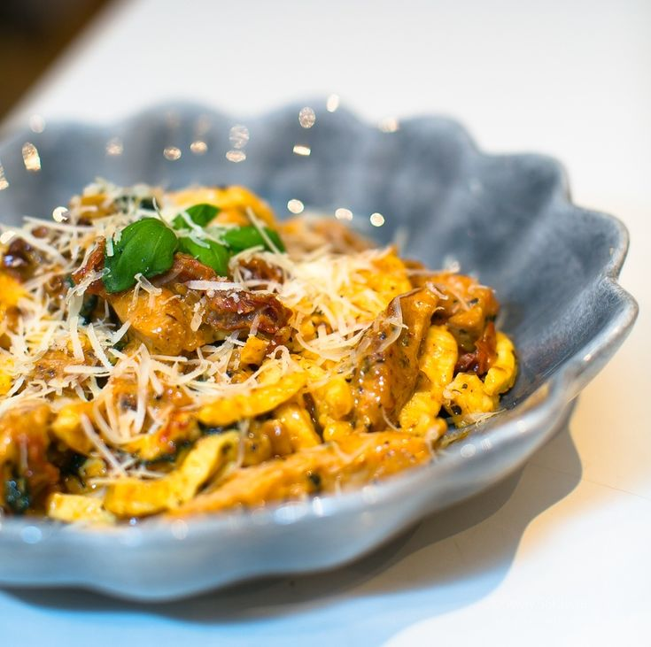LCHF Pasta med kyckling, mozzarella och soltorkade tomater