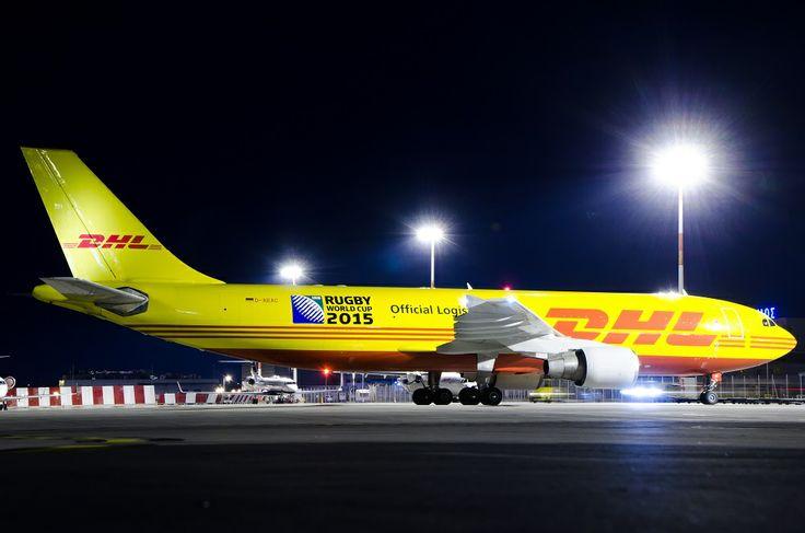 Flugzeugbeklebung DHL, Rugby WM 2015, Rollfeld Nachtaufnahme, Folienbeklebung von Flugzeugen, Flugzeug Werbung