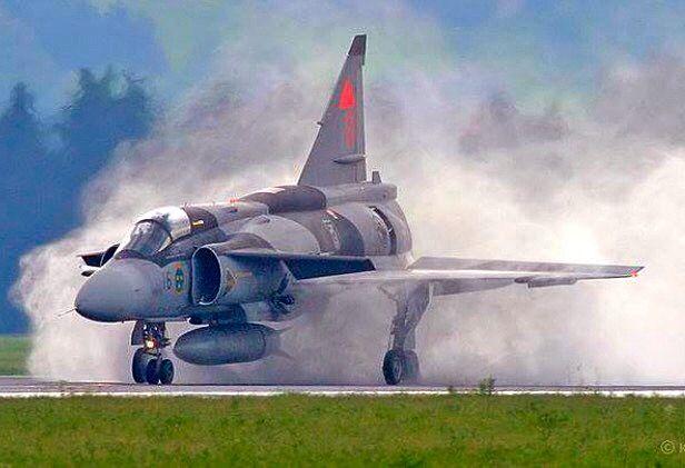 A Swedish Air Force SK-37 Viggen lands on a wet runway.