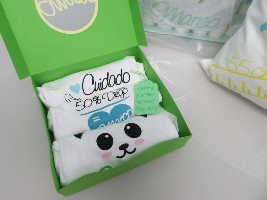 Caja personalizada con bodys de bebé decorados con vinilo textil.