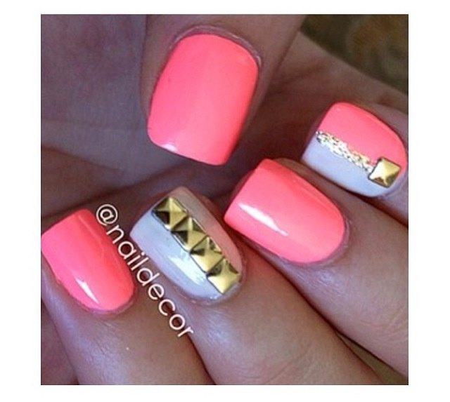 Short nails: pink, white and gold studs
