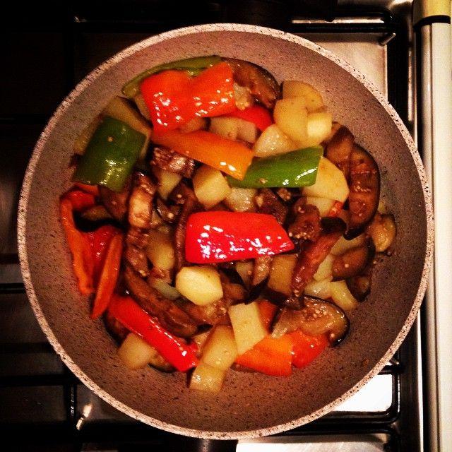 """""""A CIABBOTL"""" piatto tipico molisano 1 cipolla media 1 melanzana grande 1 peperone giallo o rosso medio 2 patate grandi 2 zucchine di media grandezza 3 pomodori perini o 1 barattolo di pelati q.b. olio extra-vergine d'oliva ( ½ bicchiere) q.b. sale Soffriggete l'olio in una padella capiente e fate sfrigolare la cipolla dolcemente. Unite i vari ingredienti In quest'ordine: melanzane, patate, peperoni, zucchine, pomodori."""