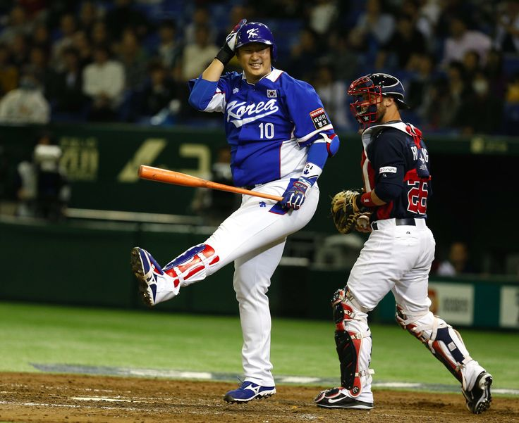 The Mariners announced the signing of slugging Korean first baseman Dae-Ho Lee to a minor-league deal. He hit 31 homers last season  for the Fukuoka Softbank Hawks in the Japan Pacific League on Nippon Professional Baseball.