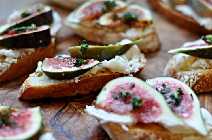 Bruschetta with goat cheese and figs