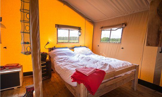 De ouderslaapkamer van de FarmCamps safaritent