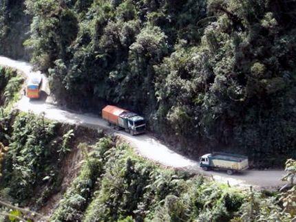 Questa strada, segnalata da Motorpasion, è stata nominata strada più pericolosa del mondo nel 1995, ed è davvero inquietante… Si trova tra La Paz e la regione delle Yungas in Bolivia, è doppio senso, con frane da una parte e strapiombi a picco dall'altra, ed è frequentata regolarmente da camion e autobus.