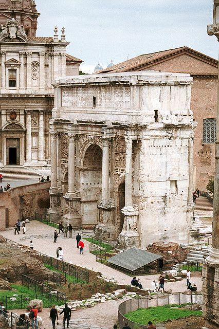 Arco de Septimus Severus-Construído no ano 203 d.C. en honor do emperador Septimio Severo e os seus fillos Caracalla e Geta para celebrar a victoria sobre os partos. Cando Septimio Severo morreu Caracalla asesinou ó seu irmán para ser emperador en mandou borrar o nome de Geta de todos os monumentos para que a xente se esquecese del.
