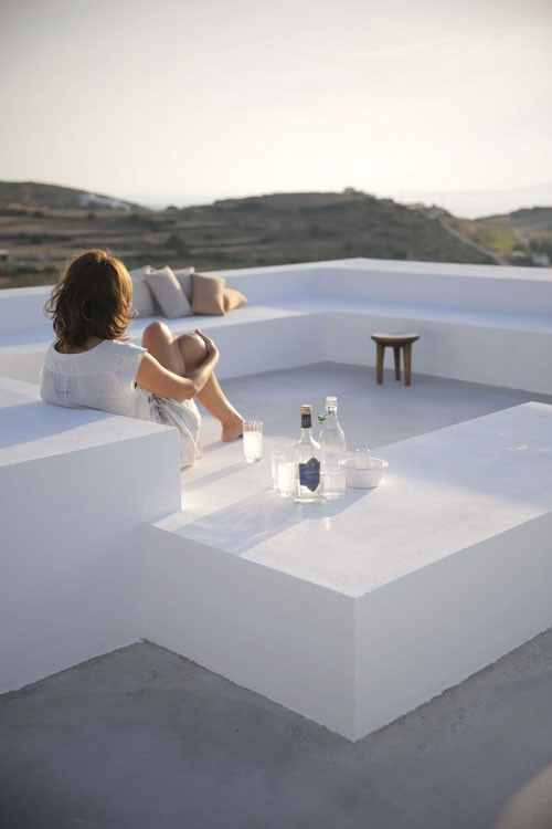This house in the settlement of Kamari, on the island of Paros, was designed by architects Natasha Deliyianni and Yiorgos Spiridonos by reinterpreting cubic Cycladic architecture with a modern and …