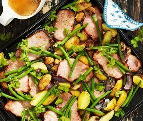 Kassler i ugn med klyftpotatis är en läcker och fräsch ugnsrätt som passar utmärkt när man vill bjuda på något lättlagat och mumsigt. Kasslern och klyftpotatisarna serverar du med en god sås gjord på grädde, soja och sambal oelek.