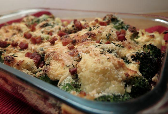 ovenschotel met bloemkool, broccoli, kaas, spekjes en creme fraiche