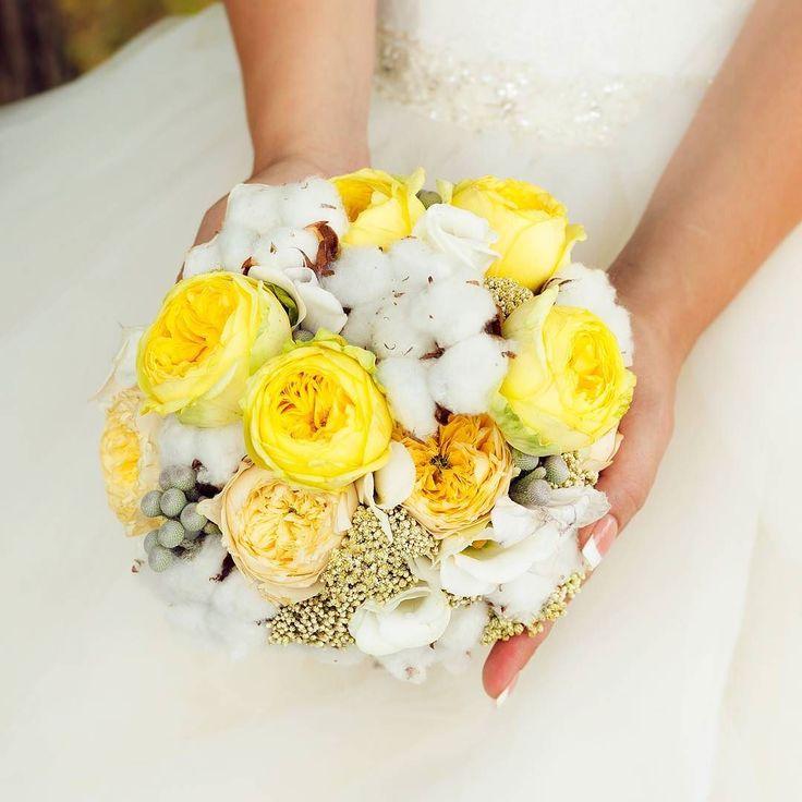 Интересный букет невесты -  жёлтые цветы и хлопок