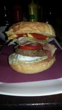 Panino con Hamburger di manzo da 100g, bacon, salsa tartara, pomodoro, insalata, mozzarella e pa