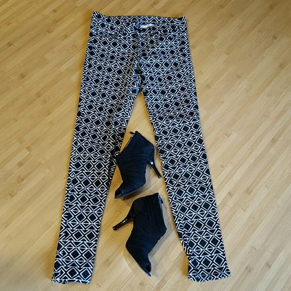H&M DIVIDED Aztec print pants size 10 Like new! Black and white print pants. Size 10. 98% cotton 2% elastane. H&M. 31.5 inseam H&M Pants