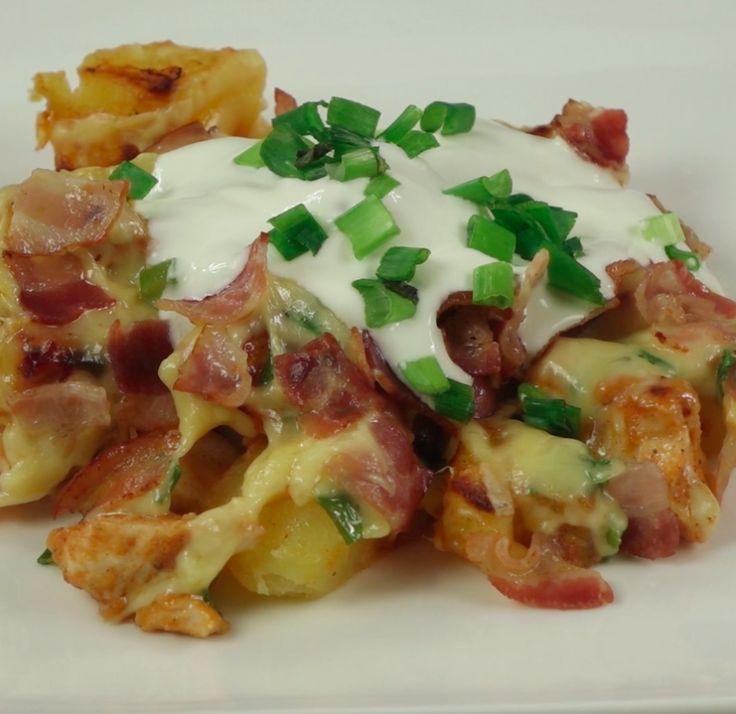 zapiekanka z ziemniakami, kurczakiem, serem, boczkiem i zieloną cebulką  Czytaj dalej na: http://www.popularne.pl/zapiekanka/