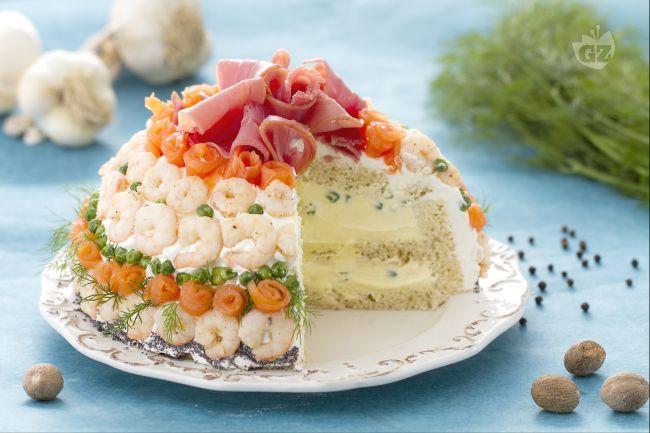 La torta sandwich è un antipasto raffinato dall'effetto molto scenografico, ideale per i menu delle feste.