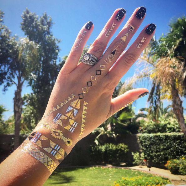 Flash tattoo: i tatuaggi temporanei in oro che ti fanno sentire al Coachella  -cosmopolitan.it