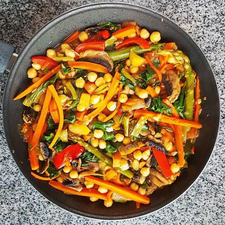 Porque uma alimentação saudável não tem de ser aborrecida  O jantar de hoje é um estufado de legumes e grão que depois acompanhamos com massa... Os legumes incluem cenoura feijão verde pimento espargos espinafres e cogumelos. Tenham uma feliz semana