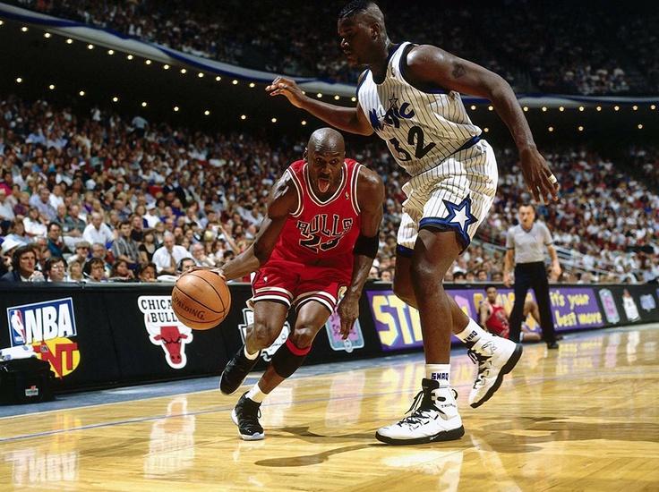 Basketbol sahası ve basket oynayan oyuncular. Peki nasıl temizleniyor? http://www.entegregroup.com/basketbol-sahasi-temizligi/