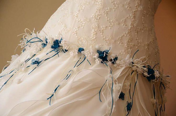 Randa en flores de varios diseños en organzas y shifones marfil con acentos en tono turquesa. Vestido de Novia #GBnoviasfelices