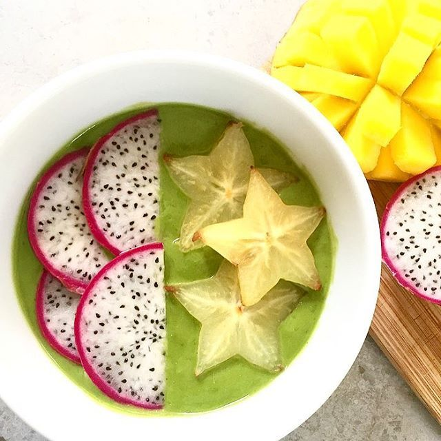 Starfruit and Dragon fruit smoothie bowl to brighten up a rainy morning ⭐️