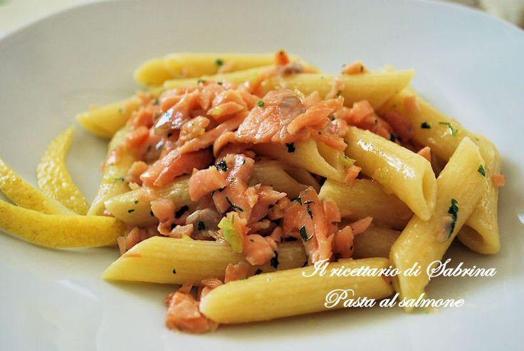 Il condimento per questa pasta al salmone è indubbiamente più leggero del classico con salmone e panna, ma piacevole, profumato.