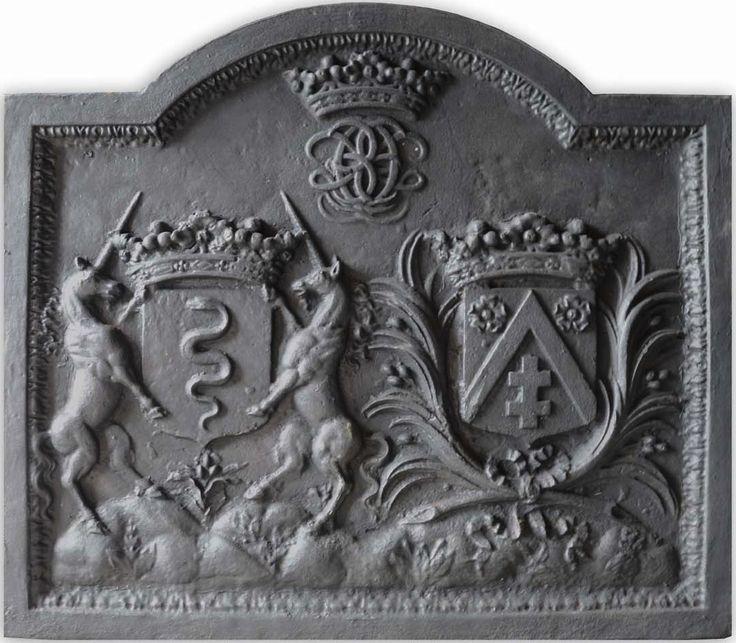"""Plaque de cheminée (Paris, XIXe s.) aux armes d'alliance d'Edouard IV Colbert (1628-1699), marquis de Saint-Pouange et de Villacerf, baron de Saint-Sépulcre et de sa femme Marie-Geneviève Larcher (vers 1639-1712). --""""d'or à la couleuvre ondoyante d'azur lampassée de gueules"""" (Colbert) - """"d'azur au chevron d'or accompagné en chef de deux roses d'argent et en pointe d'une croix patriarcale du même"""" (Larcher)."""