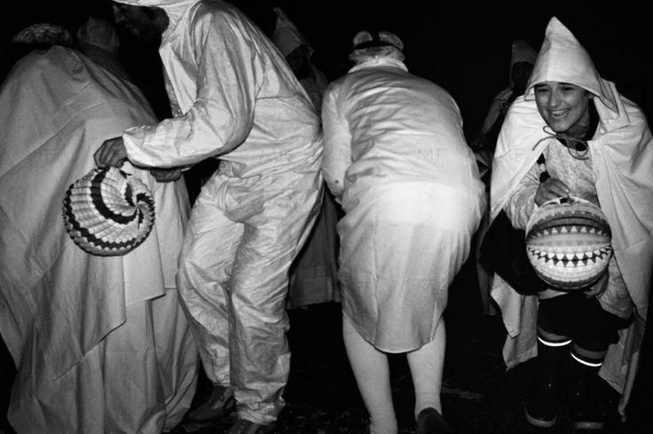 """Il martedì grasso, per #Giolzi, a #Bosa, viene processato e condannato al rogo un grande fantoccio di pezza. Le maschere, vestite di bianco (solitamente un lenzuolo come mantello e una federa in testa) e con una lanterna in mano, corrono per le vie del centro piangendo e gridando """"Giolzi! Giolzi! Ciappadu! Ciappadu! Ciappadu!"""" (Giolzi! Giolzi! L'ho preso!). Foto di Mario Fracasso"""