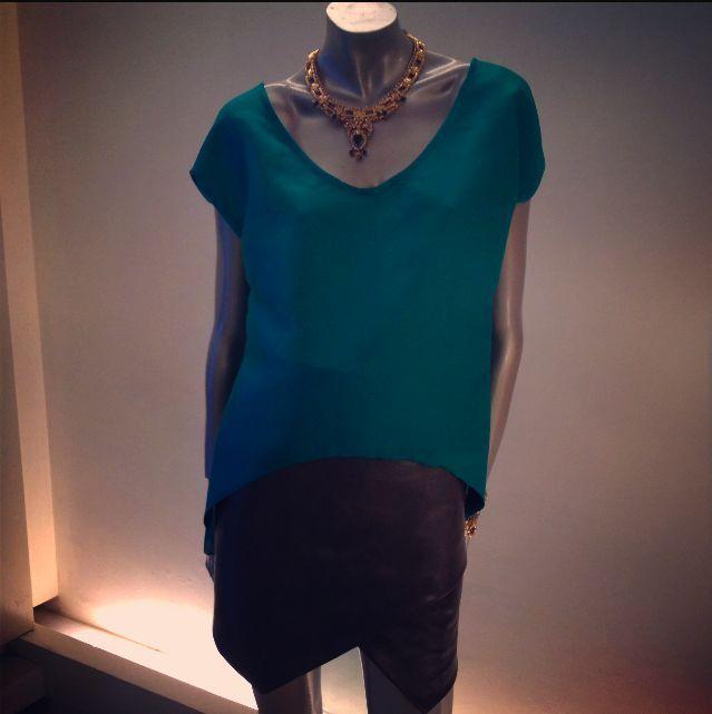 """Falda de piel cruzada en color gris. Blusón high-low en color verde y escote profundo en """"V"""". Gargantilla: Libertine & Muse"""