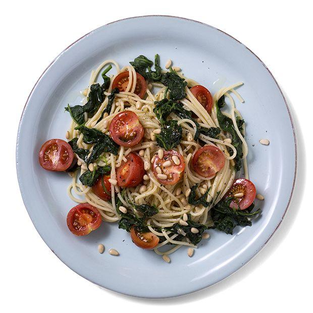 En mettende vegetarrett med spaghetti, spinat og cherrytomater. Hvis du ønsker kjøtt er bakt kyllingbryst perfekt til. Oppskrift på vegetarrett.