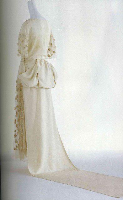 Подвенечное платье, 1922, скроено из прямых отрезков тканей.