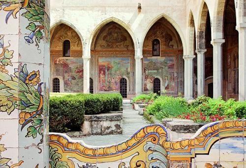 Uno scorcio del magnifico Chiostro di Santa Chiara, uno dei luoghi più preziosi di Napoli