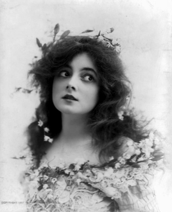 via wherethelovelythingsare #vintage #portrait #flowers #woman