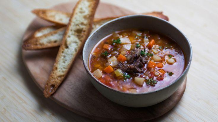 Une recette de soupe à l'orge et au boeuf, présentée sur Zeste et Zeste.tv