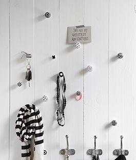 Maak je eigen kapstok stilleven met losse knopjes en haken willekeurig opgehangen. Een waar stilleven op een achterwand van geschilderde planken. Dat is elke dag fijn binnenkomen! Maak je eigen kapstok met behulp van de klusbeschrijving van KARWEI.