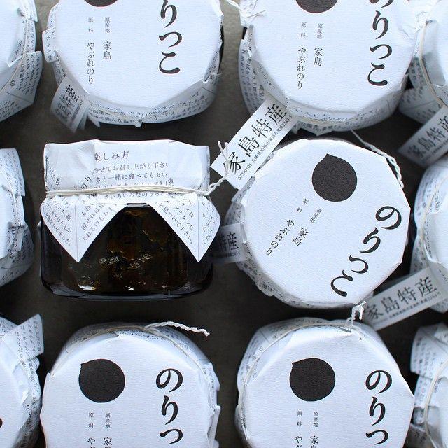 【手紙舎 2nd STORY】 兵庫県家島より、スタイリッシュなパッケージが目を引く「のりっこ」が届きました。兵庫県でも有数の海苔の名産地、家島の上質な海苔を使って、ひとつひとつ丁寧に手作りされた佃煮は、磯の香りが抜群。熱々のご飯はもちろん、バターを塗ったトーストやドレッシングの隠し味にしても美味しく召し上がれます。 こちらは店頭のみの販売となります。ご了承下さい。  店内・みどり荘では、井上淳さんによる個展「部屋と、モノ。」を開催しております。ぜひ足をお運びくださいませ。 本日も〜23:00まで営業しております。みなさまのお越しを心よりお待ちしております。