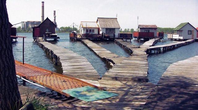 Magyarországon alig ismerik az Esztergom-Komárom megyei kis, vízen lebegő bokodi házacskákat, de a világon már egyre népszerűbb ez a gyönyörű és ugyanakkor szokatlan helyszínen kialakuló…