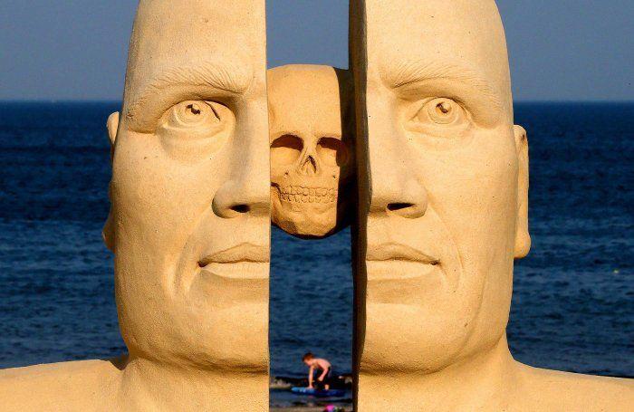 Гигантские скульптуры из песка