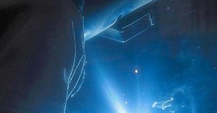Como tratar queimadura de flash. A queimadura de flash, ou flash de soldador, é causada quando uma onda de luz ultravioleta atinge os olhos, provocando algo similar a uma condição de queimadura de sol na córnea. O flash de soldador é muito doloroso e frequentemente acompanhado por sintomas como olhos lacrimejantes, inchaço, sensibilidade à luz e uma sensação de areia debaixo das ...