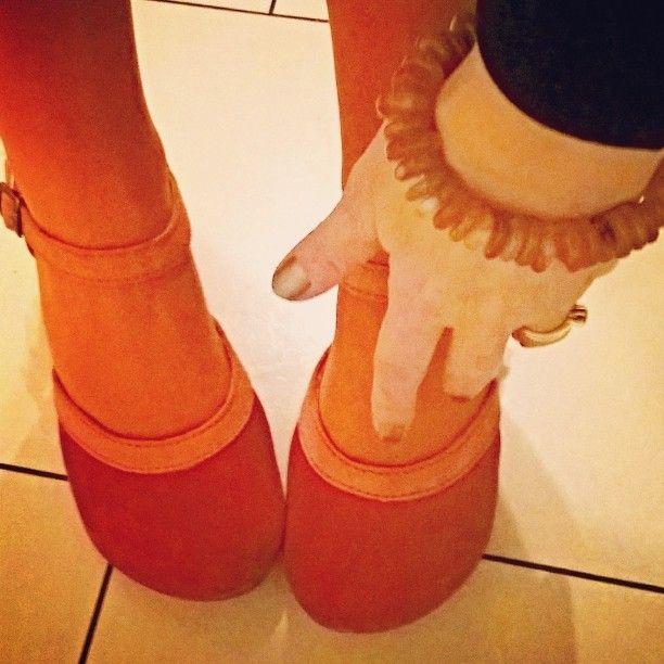 #spiritsoulstones - Ich bin #harmoniesüchtig und zwar bei #Farben. #Schuhe 👠 #Strumpfhosen, Nagellack 💅 und Schmuck (hier #Karneol). Es muss einfach #harmonisieren 👌 #shoes #harmony #orange #red #bracelet