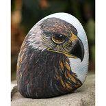 Questo bellissimo falco è dipinto in modo molto realistico su un sasso di fiume, utilizzando colori acrilici. La cura nella realizzazione di quest'opera d'arte rende questo oggetto quasi vivo! L'a...