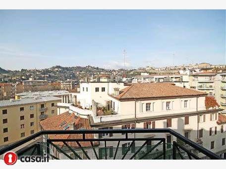 BERGAMO _ VIA MAZZINI Elegante e moderno ultimo piano situato al piano settimo di signorile edificio e dotato di una vista realmente spettacoloso sulla citta' vecchia di Bergamo. Immobile di mq 110 totalmente ristrutturato, estremamente luminoso ed esposto su ben 3 lati, dotato di balconi e terrazzo