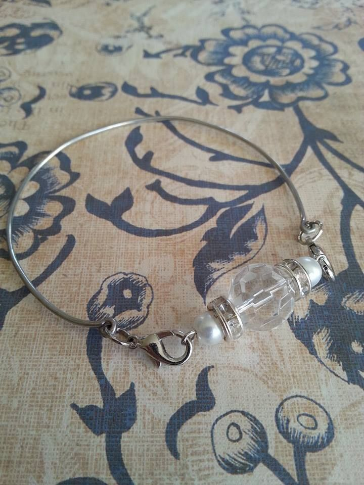 Wire silver tone bracelet with pearls and clear bead