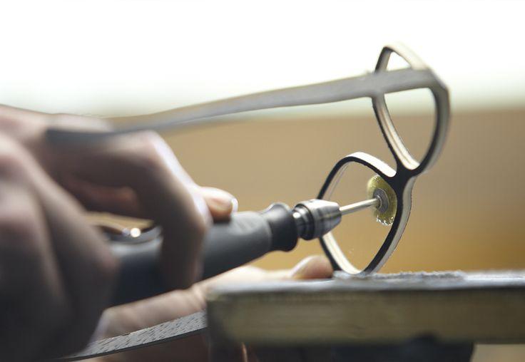 tweet     Pin it     mail     Info  Holz als innovativer Werkstoff groß im Kommen / Auch Jungdesigner aus Österreich setzen verstärkt bei ihren individuell gestalteten Brillen auf das nachhaltige Material / Mit Liebe zum Detail und Mut zu neuen Techniken wird so aus jeder 'Sehhilfe' ein Unikat / Weiteres Plus: Alle Holzmodelle sind schraubenlos, wartungsfrei und antiallergisch