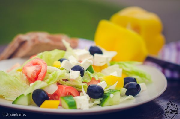 Zeleninový salát na řecký způsob s olivami a sýrem balkánského typu